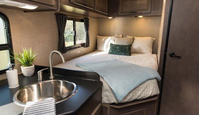 Bed achterin de Cruise America/Canada C25 camper