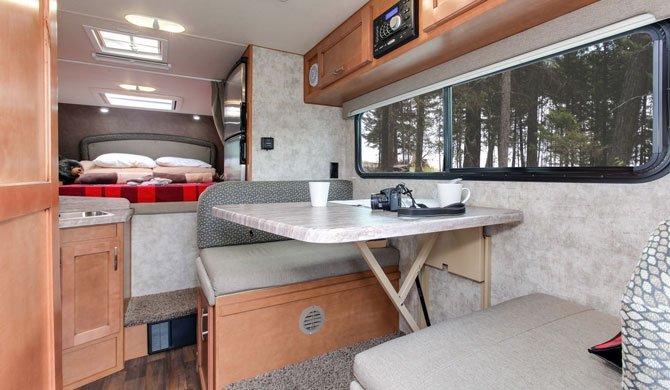 Het interieur van de Fraserway Truck Camper