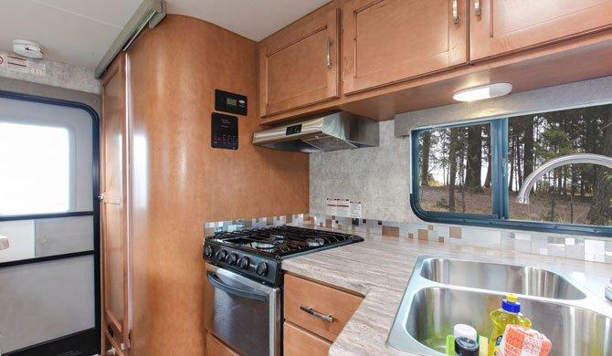 De keuken in de Fraserway Truck Camper
