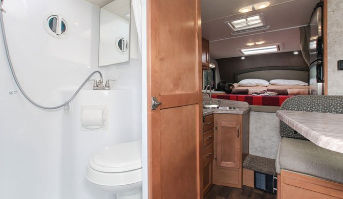 De compacte badkamer in de Fraserway Truck Camper