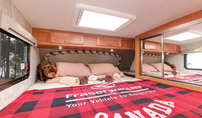 Het bed in de Fraserway Truck Camper