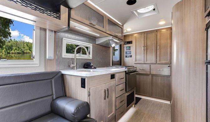 De compacte keuken in de luxe Fraserway Overlander camper