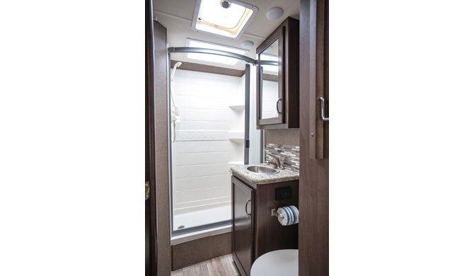 De badkamer in de El Monte C22 camper