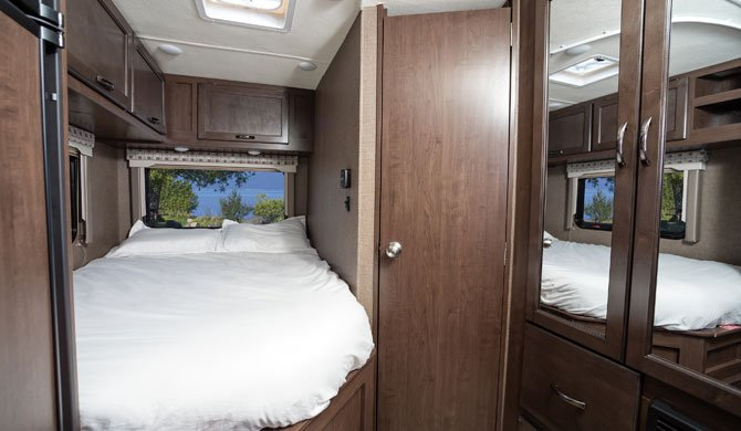Het bed achterin de El Monte C22 camper