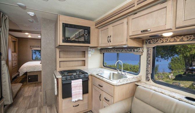 De compacte keuken in de El Monte FS31 camper