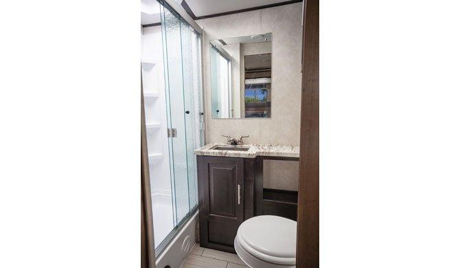 De badkamer in de El Monte AF33 camper