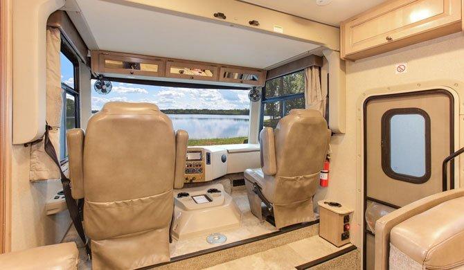 De bestuurderscabine in de Fraserway A-Luxury camper