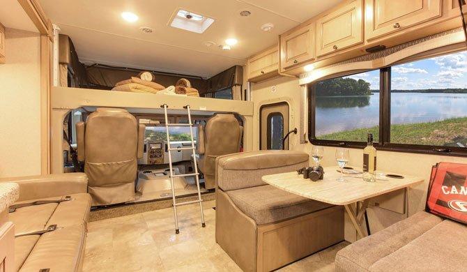 Het interieur van de Fraserway A Luxury camper