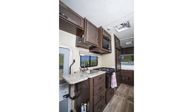 De compacte keuken in de El Monte C22 camper