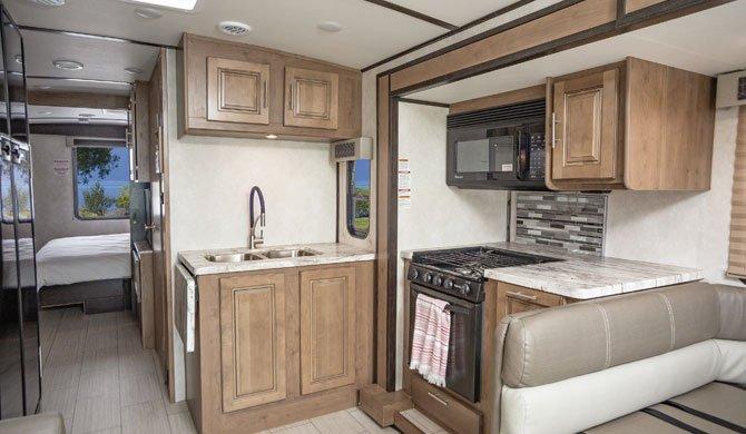 De compacte keuken in de El Monte AF33 camper