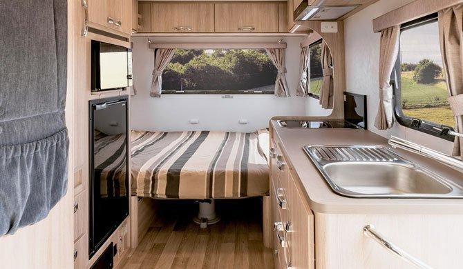 De 2 Berth Voyager camper van Lets Go heeft voldoende leefruimte voor een avontuurlijke camperreis door Australië