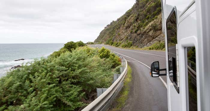Rij over de Great Ocean Road tijdens een campervakantie door Australië met Victoria CamperHolidays