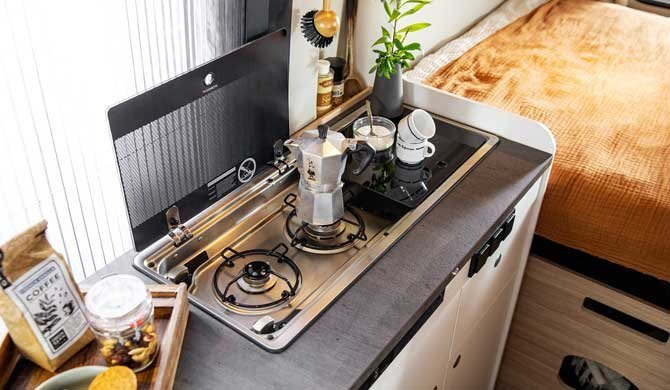 De keuken in de McRent Urban Plus camper