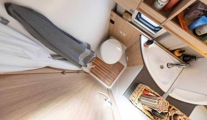 De badkamer in de McRent Urban Luxury camper