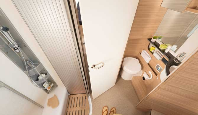De badkamer in de McRent Compact Luxury camper