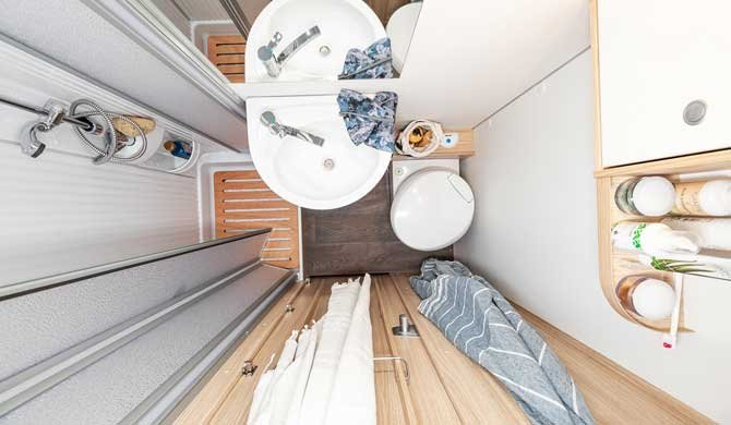 De badkamer in de McRent Family Luxury camper