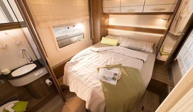 Ruime slaapkamer in de McRent Premium Standard camper