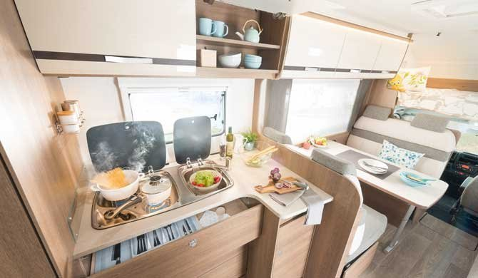 De keuken in de McRent Premium Plus camper
