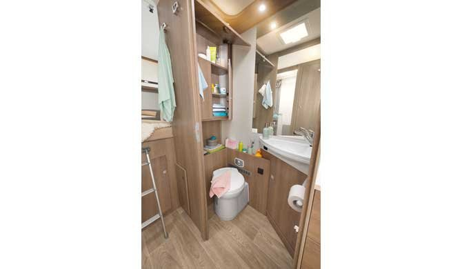 De badkamer in de McRent Premium Plus camper