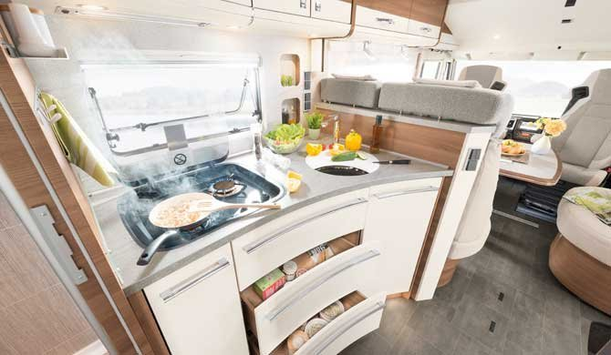 De keuken in de McRent Premium Luxury camper