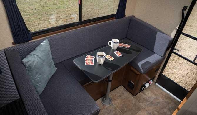Dinette in de Cruise America/Canada T17 camper