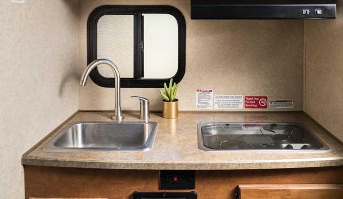 De keuken in de Cruise America/Canada T17 camper