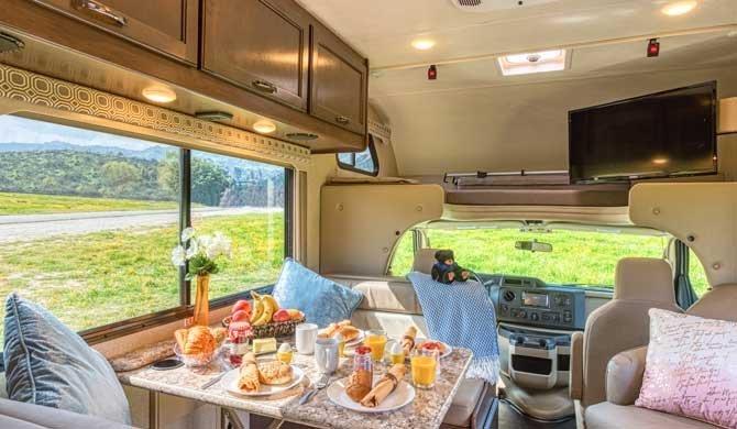 Dinette in de Road Bear C22-24 camper