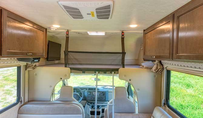 Cabover bed in de Road Bear C25-27 camper