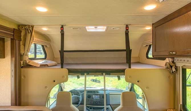 Cabover bed in de Road Bear C28-30 camper