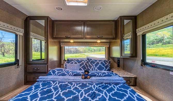 Slaapkamer in de Road Bear C28-30 camper