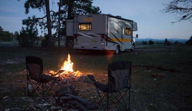 Geniet van een gezellig kampvuur tijdens een camperreis door Amerika