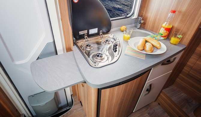 De compacte keuken in de Apollo Family Traveller camper