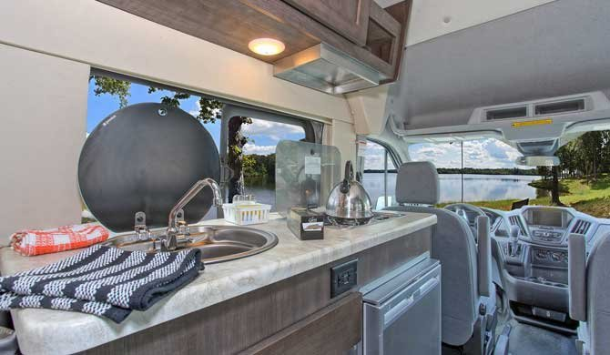 De compacte keuken in de Four Seasons Van Conversion