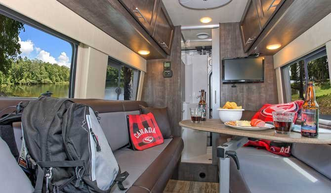 Het interieur van de Four Seasons Van Conversion camper
