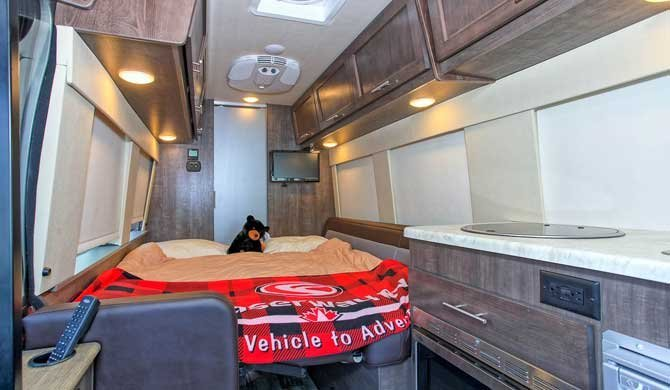 Bed-dinette in de Four Seasons Van Conversion camper