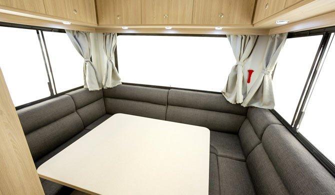 Het luxe interieur van de Star RV Hercules camper