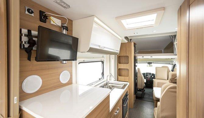 Het luxe interieur van de Apollo Euro Deluxe camper