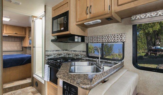 De compacte keuken in de Mighty M28 camper