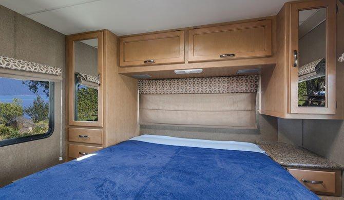 Het bed achterin de Mighty M28 camper