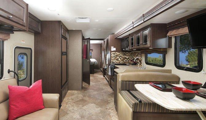Het interieur van de grote Mighty MA33 camperbus
