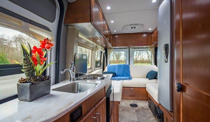 Het luxe interieur van de CanaDream DVC camper