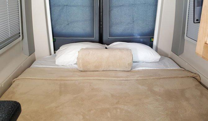 De dinette omgebouwd tot bed achterin de CanaDream DVC camper