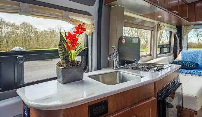 De compacte keuken in de CanaDream DVC camper