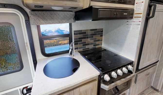 De compacte keuken in de CanaDream MHB camper