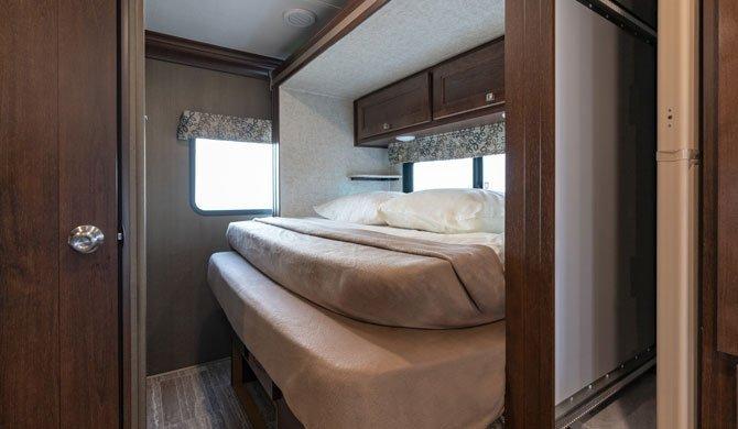 Het bed achterin de CanaDream SVC camper