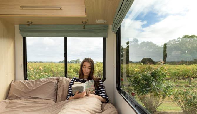 Het comfortabele bed achterin de Maui Beach camper