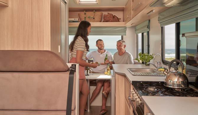 Het luxe interieur van de Maui River camper