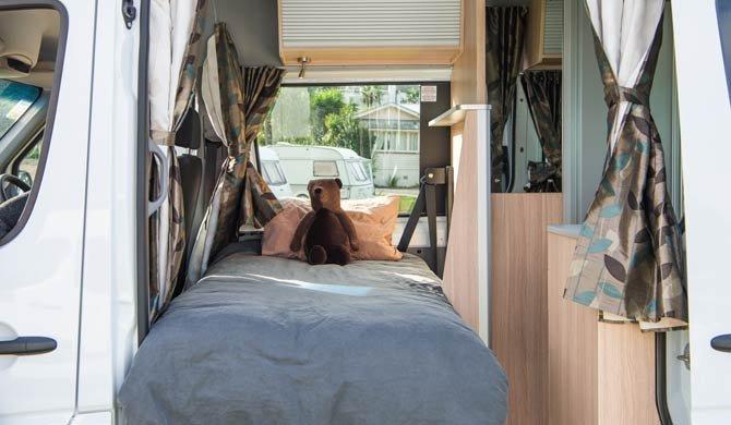 Het eenpersoonsbed voorin de Maui Ultima Plus camper