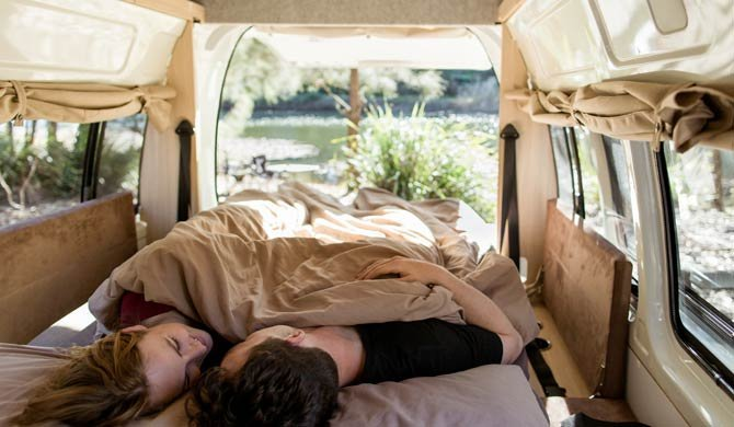 Het bed achterin de Mighty Double Down camper