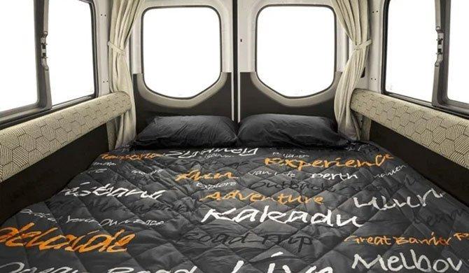 Het bed achterin de Apollo Euro Tourer camper